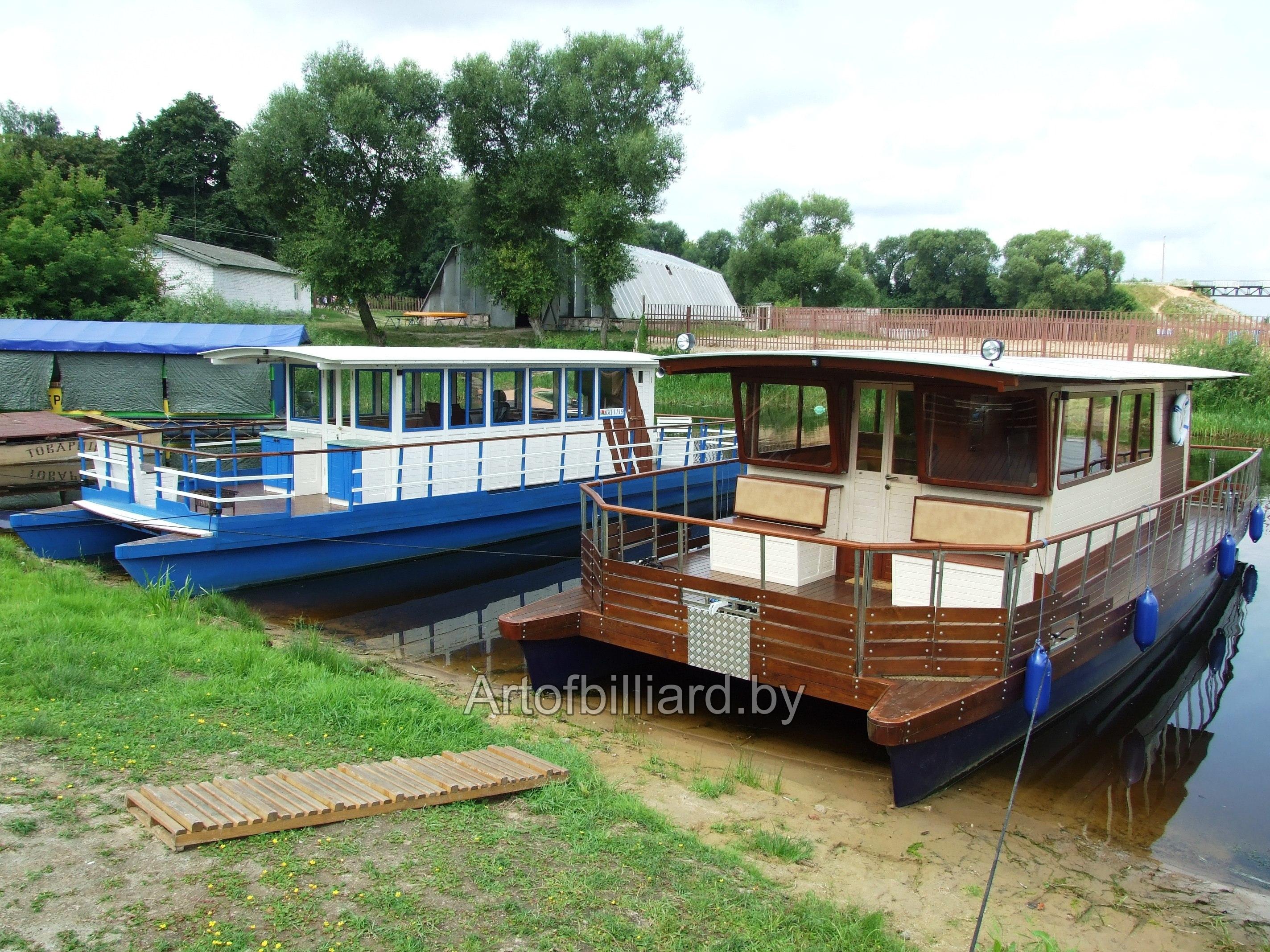 Яхта-катамаран белого и древесного цвета