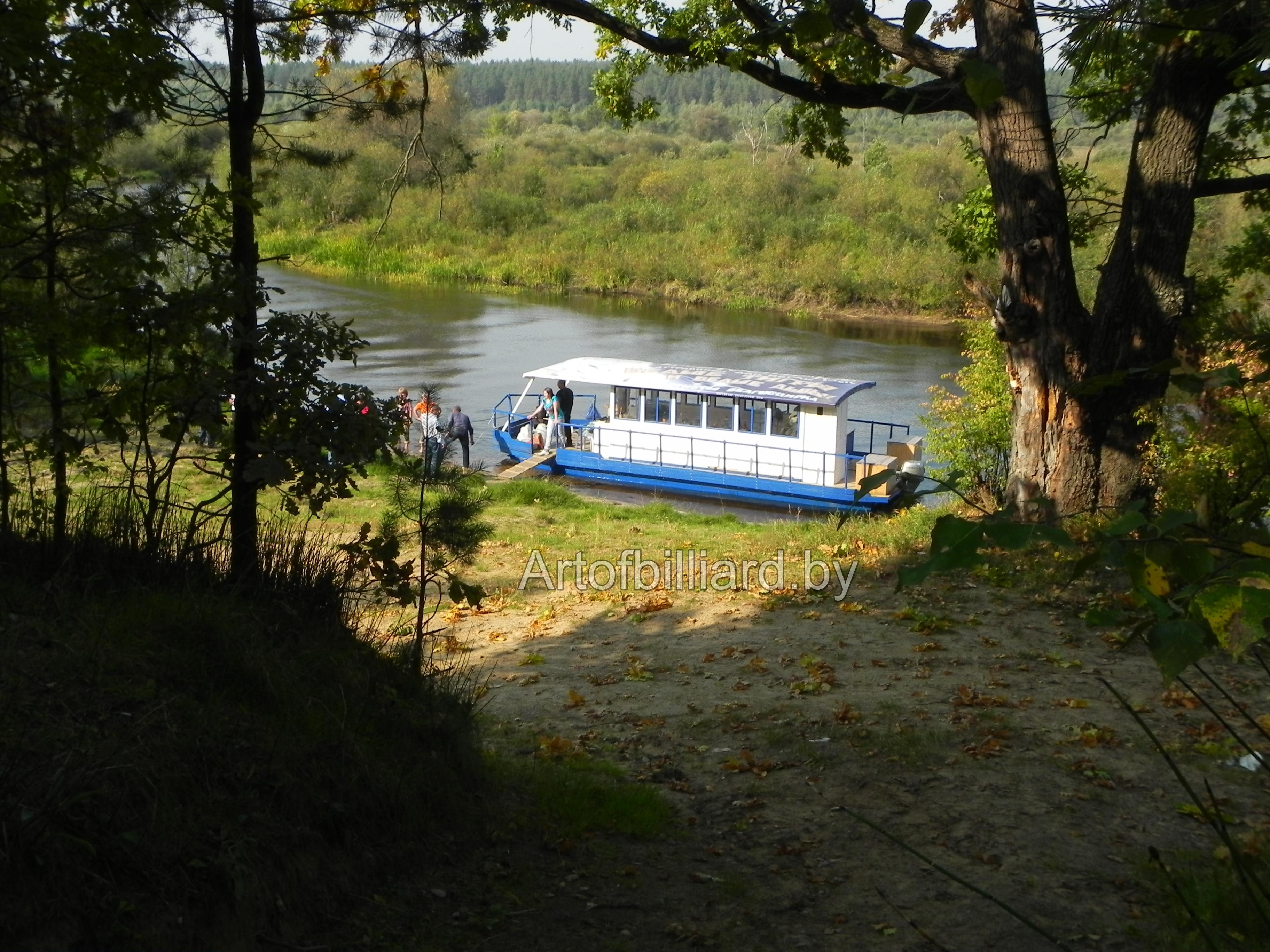 Яхта-катамаран на реке