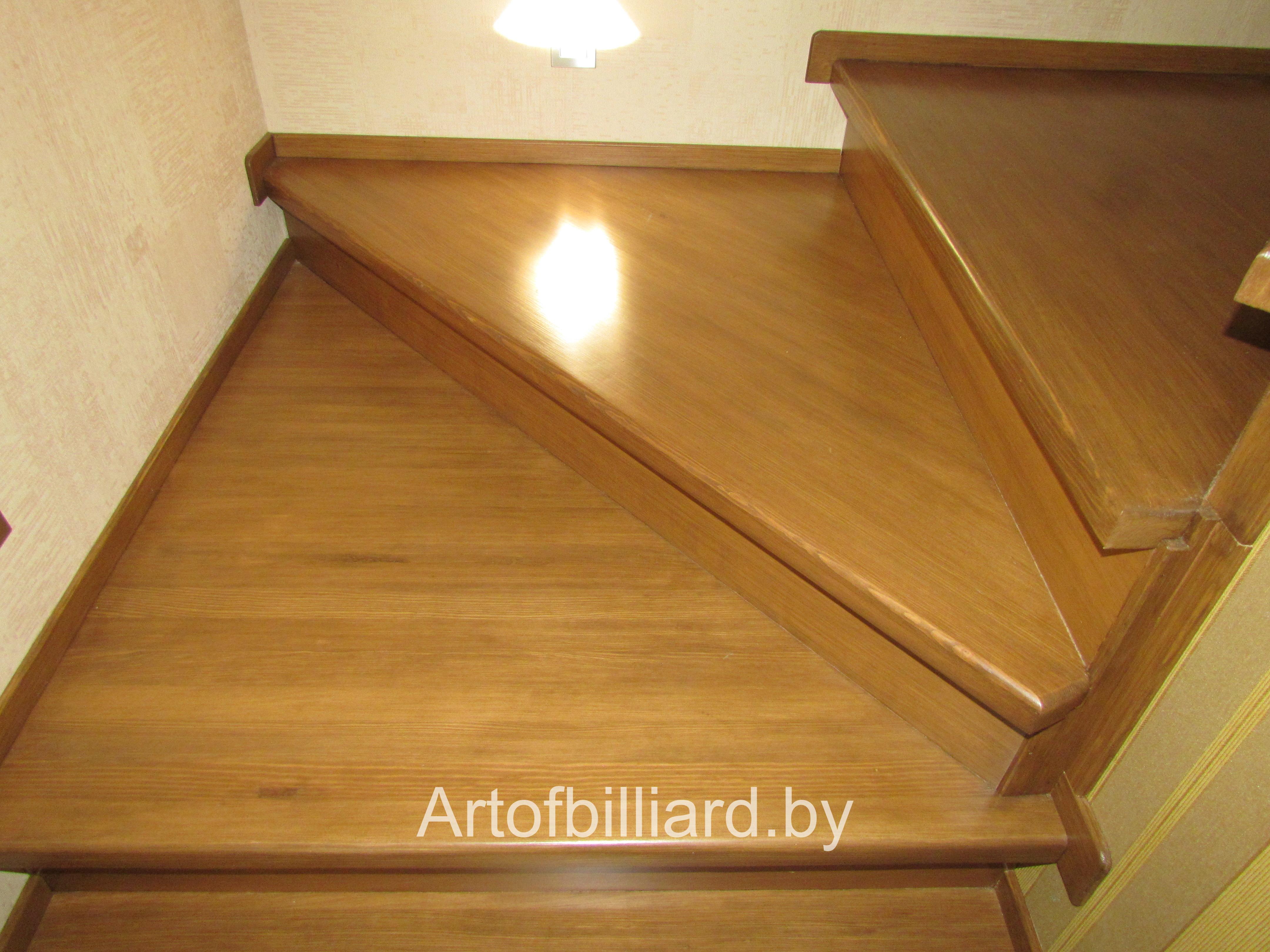 Лестница из дерева с подсветкой на этаж