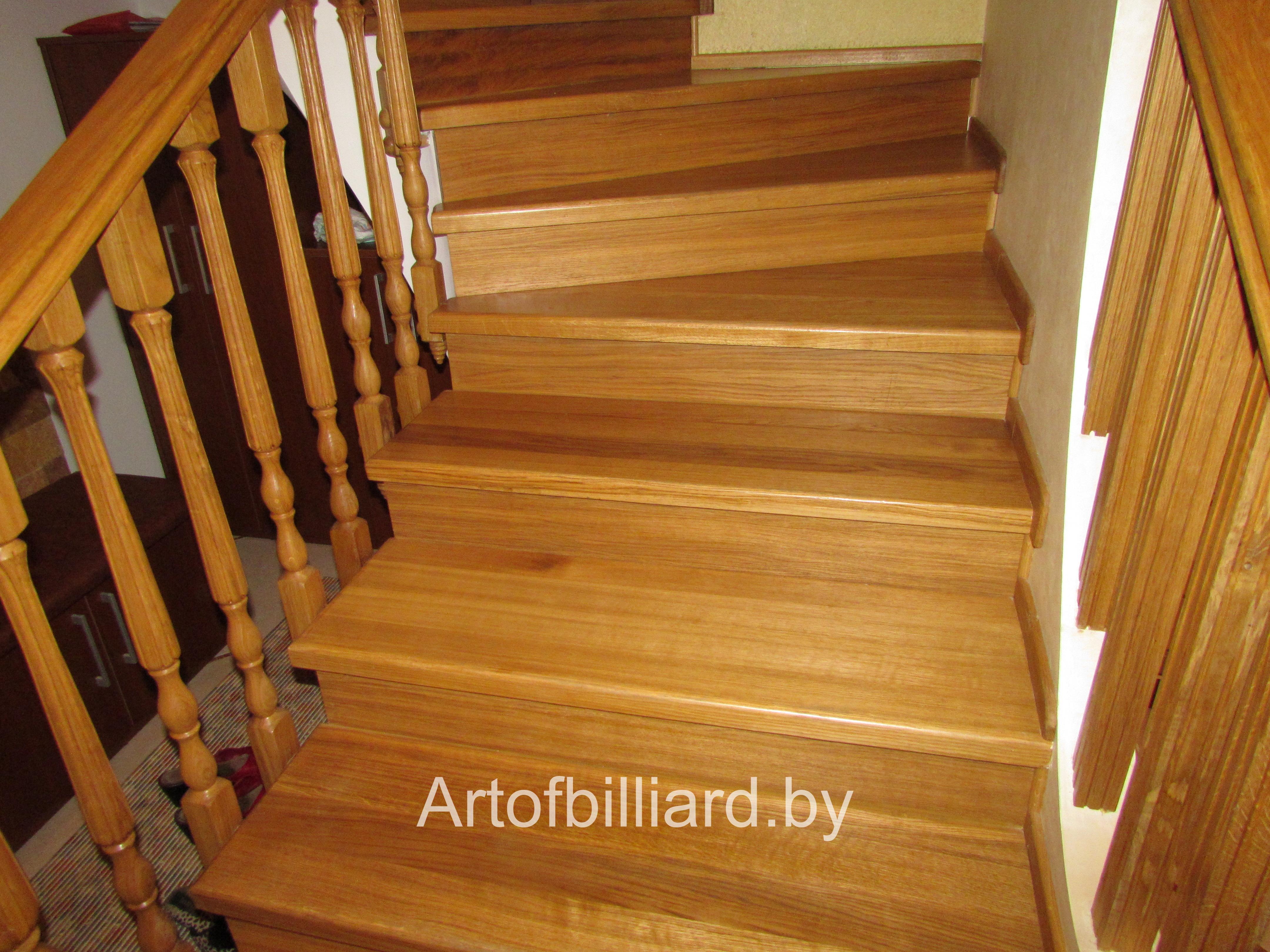 Деревянная лестница с перилами на второй этаж